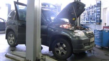 Mechanics repair car in garage — Stock Video