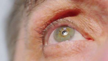 Auge des alten Mannes blinkt — Stockvideo