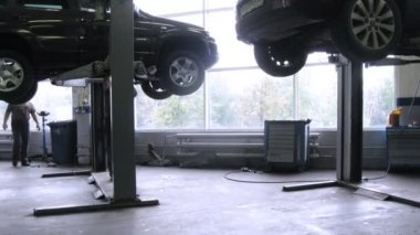 Mechanics repair car in garage of Automobile Dealership Automir — Stock Video