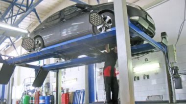 Car mechanician does diagnostics of wheel alignment — Stock Video