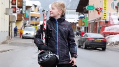 Teenager with skis stands on street — Stock Video