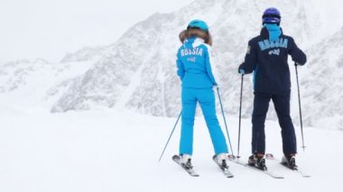 Man and woman skiers on hillside — 图库视频影像