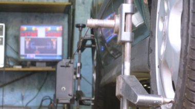 Mechanic tests wheel alignment camber — Stock Video