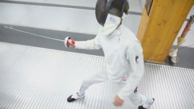 Fencer attacks with rapier — Stock Video