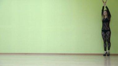 Girl runs, jumps and makes splits — Stock Video