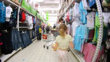 Women in Ashan hypermarket — Stok video