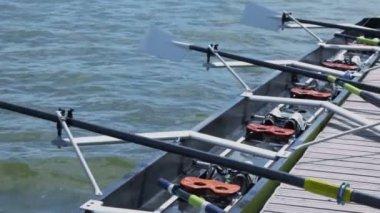 Empty kayak sways on waves — Stock Video