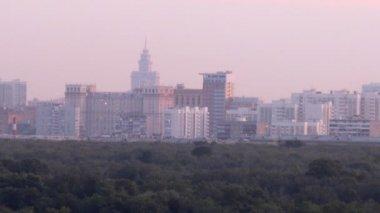 Houses stand against city landscape — Vídeo de stock