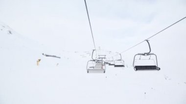 Cabins of chairlift move up and down — Stock Video