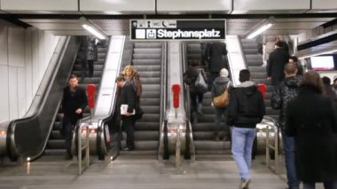 Escalator on Stephanplatz metro station — Stock Video