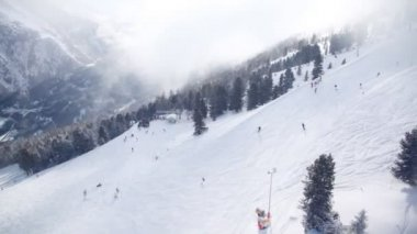 подъемник перемещается вверх по лыжному маршруту — Стоковое видео