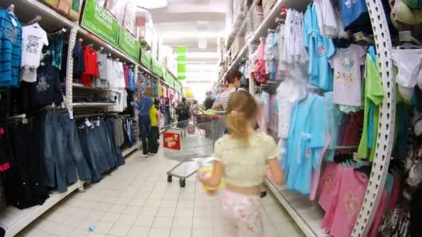 Women in Ashan hypermarket — Vidéo