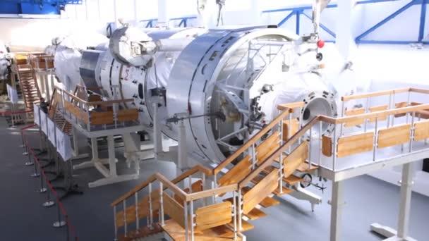 Mechanic maintain exposed simulator — Vidéo