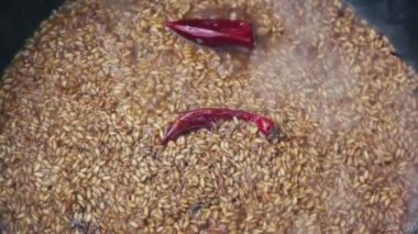 Red pepper in broiled rice boils — Stock Video