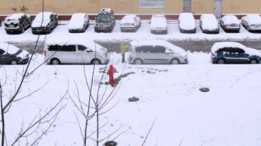 Child with mother making snowman — Wideo stockowe