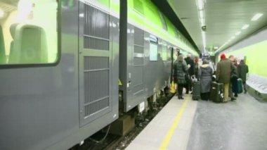 Passengers at platform in subway — Stock Video