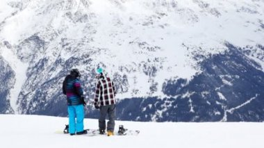 Two snowboarders stand and discuss — Stock Video