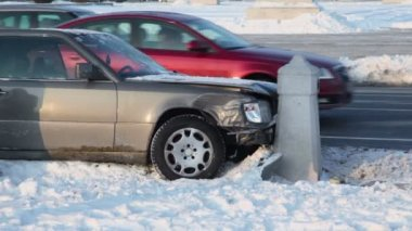 Car crashes into pillar — Stock Video