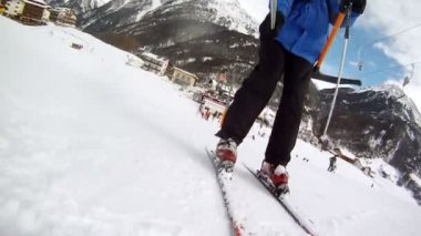 Skier goes down on mountain slope — Stock Video