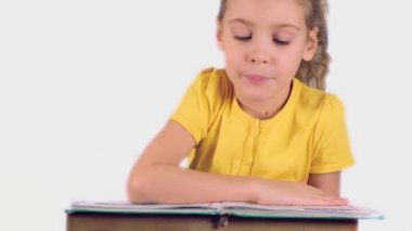 Little girl reads book — Stock Video