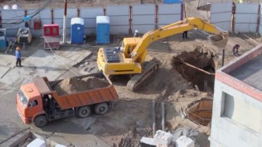 Excavator digs hole in ground — Wideo stockowe