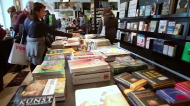 People choose books on shelves — Stock Video