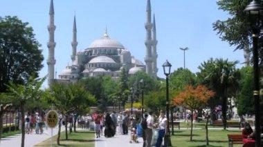 People walk near mosque Sultanahmet Camii — Stock Video