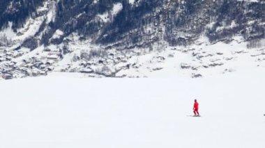 2 つのスキーヤーが下がる — ストックビデオ