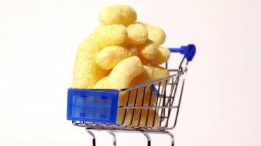 Shopping trolley full of popcorn — Stock Video