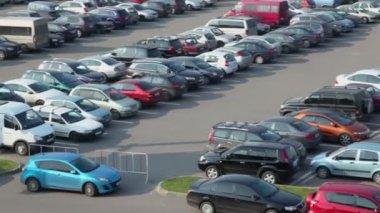 Man opens door in car — Stock Video