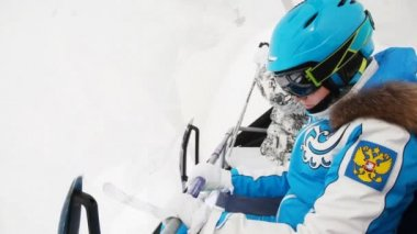 Two women skiers in goggles — ストックビデオ