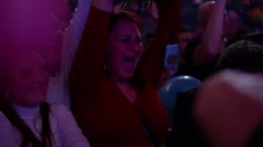 Woman cries at concert — Stock Video