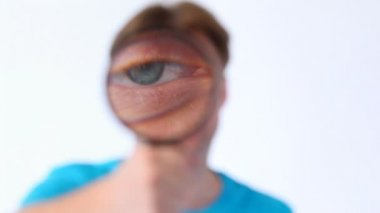 Man holds magnifying glass — Stock Video
