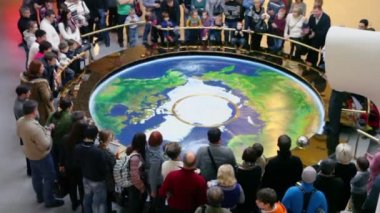 People stand around earth map — Stock Video