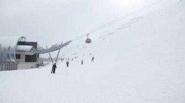Skiers go to ski route — Stock Video