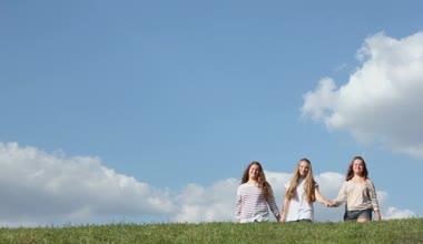 Three young girls walk — Stock Video