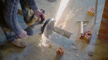Man saws metalware — Stock Video