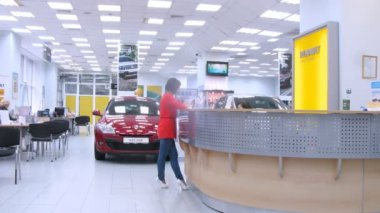 Woman stands near reception of Automobile Dealership Automir — Stock Video