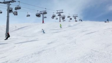 People ride ski near cableway — Stock Video