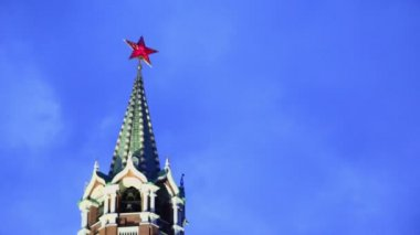 Red star on spire of Spaskaya tower — Stock Video