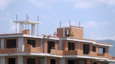 Workers build balconies — Stock Video