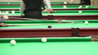 Player uses support for cue — Stock Video