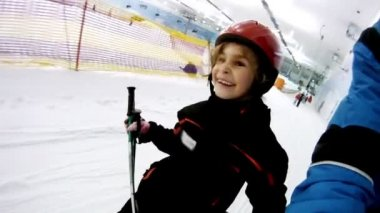 Girl rises on skilift with father — Stock Video