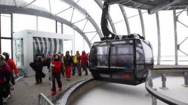 People go on ropeway station — Stock Video