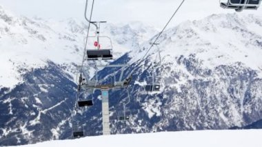 Chairlift with two skiers — Vídeo stock