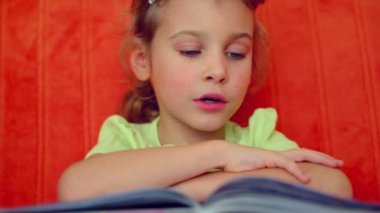 Young girl reads syllables from book — Stock Video