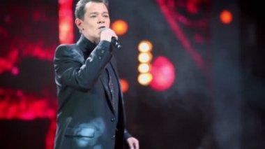 Vadim Kazachenko sings on stage — Stock Video