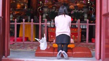 Kneeling praying woman — Stok video
