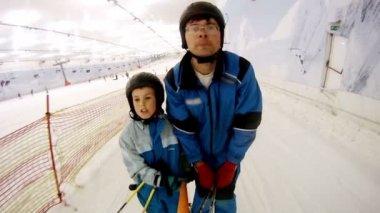 スキーリフトの息子の上昇と父 — ストックビデオ