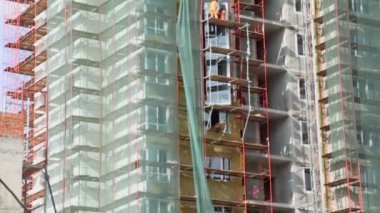 Workers stand on scaffold — Vídeo Stock